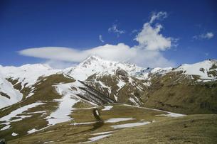 ジョージア(グルジア)側から眺める大コーカサス山脈のカズベク山の写真素材 [FYI04853899]