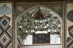 アゼルバイジャンの世界遺産シェキ・ハーン宮殿ハン・サラユ入口のムカルナスの写真素材 [FYI04853901]