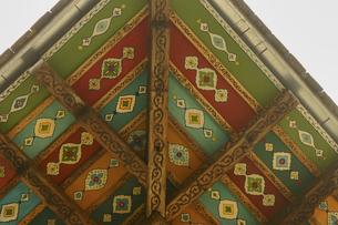 装飾が施されたアゼルバイジャンの世界遺産シャキ・ハーン宮殿の軒裏の写真素材 [FYI04853902]