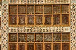 細かい装飾が施されたアゼルバイジャンの世界遺産シャキ・ハーン宮殿の木壁の写真素材 [FYI04853903]