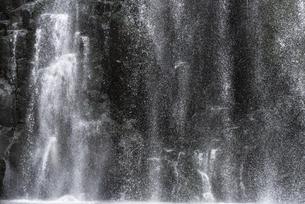 桜滝アップの写真素材 [FYI04853977]