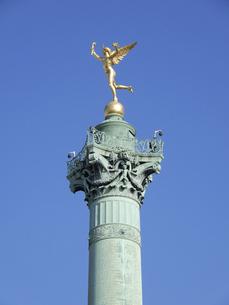 パリのバスティーユ広場、黄金に輝く自由の天使像が乗った革命記念柱(7月革命記念柱)の写真素材 [FYI04853988]