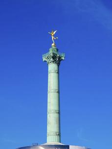 パリのバスティーユ広場、黄金に輝く自由の天使像が乗った革命記念柱(7月革命記念柱)の写真素材 [FYI04853990]