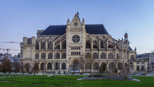 パリのネルソンマンデラ公園(レ・アール)からサントゥスタッシュ教会(Eglise Saint-Eustache)の写真素材 [FYI04853991]