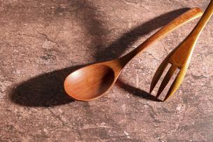 木製の食器フォークとスプーンの写真素材 [FYI04854186]