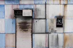 古いくすんだトタンの壁の写真素材 [FYI04854226]