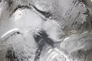 グラスの中で少し溶けた角氷の背景素材用クローズアップ写真の写真素材 [FYI04854292]