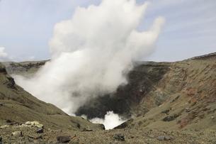 噴煙を上げる阿蘇山中岳火口の写真素材 [FYI04854307]