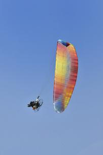 飛行中のモーターパラグライダーの写真素材 [FYI04854308]