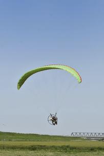 飛行中のモーターパラグライダーの写真素材 [FYI04854310]