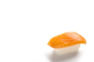 握り寿司 サーモン 白背景の写真素材 [FYI04854315]