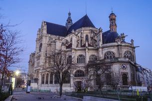 パリのネルソンマンデラ公園(レ・アール)からサントゥスタッシュ教会(Eglise Saint-Eustache)の写真素材 [FYI04854319]
