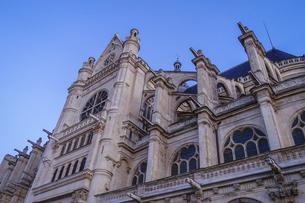 パリのネルソンマンデラ公園(レ・アール)からサントゥスタッシュ教会(Eglise Saint-Eustache)の写真素材 [FYI04854320]