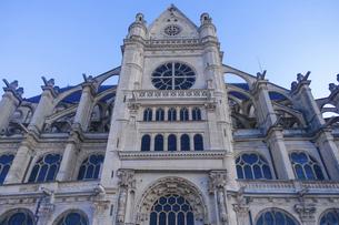パリのネルソンマンデラ公園(レ・アール)からサントゥスタッシュ教会(Eglise Saint-Eustache)の写真素材 [FYI04854322]