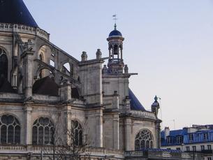 パリのネルソンマンデラ公園(レ・アール)からサントゥスタッシュ教会(Eglise Saint-Eustache)の写真素材 [FYI04854323]