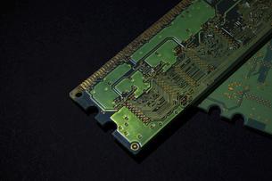 【工業】緑色の半導体 セミコンダクター 黒背景の写真素材 [FYI04854538]