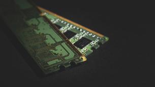 【工業】緑色の半導体 セミコンダクター 黒背景の写真素材 [FYI04854600]