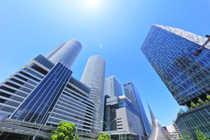 名古屋駅周辺の高層ビルと空に太陽の写真素材 [FYI04854862]
