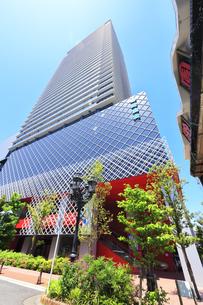 名古屋市 グランドメゾン御園座タワーと青空の写真素材 [FYI04854870]