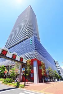 名古屋市 グランドメゾン御園座タワーと空に太陽の写真素材 [FYI04854871]