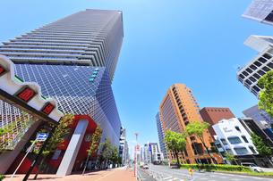 名古屋市 伏見通(国道19号)高層ビルと青空の写真素材 [FYI04854872]