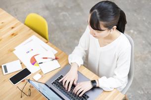 ノートパソコンを使って仕事をする女性の写真素材 [FYI04854873]