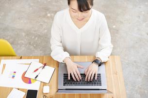 ノートパソコンを使って仕事をする女性の写真素材 [FYI04854875]