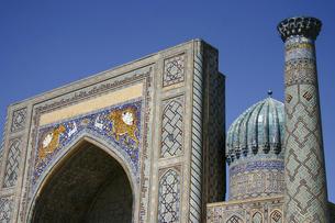 世界遺産レギスタン広場のシェル・ドル・マドラサのイーワーンの写真素材 [FYI04854924]