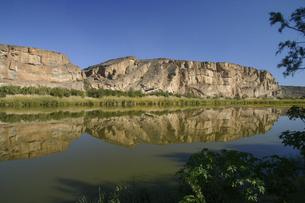 ナミビアから国境のオレンジ川越しに見た南アフリカの写真素材 [FYI04854926]