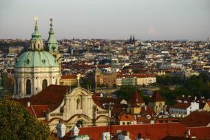 <ヨーロッパ>マラーストラナ地区の聖ニコラス教会から眺めるプラハ旧市街の写真素材 [FYI04854932]