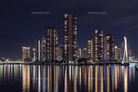 川面に反射した高層マンション群の夜景の写真素材 [FYI04854933]