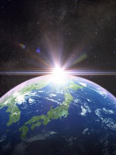 太陽と日本主体の地球のイラスト素材 [FYI04855091]