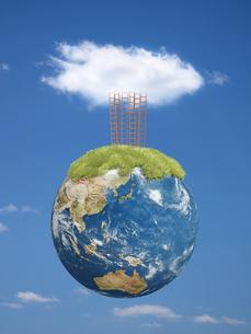 空に浮く地球上部に複数立つ梯子と雲のイラスト素材 [FYI04855175]