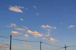 染まる雲と電線の写真素材 [FYI04855215]