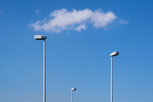 しゃれた街灯と雲の写真素材 [FYI04855237]