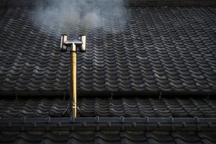 瓦と煙突の写真素材 [FYI04855274]