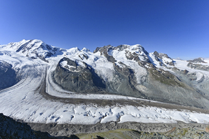 晴天のゴルナー氷河の写真素材 [FYI04855323]