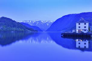 フィヨルドの夕景と水辺に映る建物の写真素材 [FYI04855324]