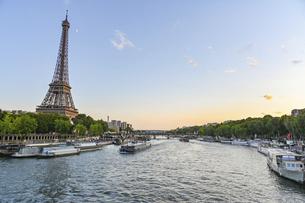 パリ セーヌ川とエッフェル塔の写真素材 [FYI04855329]