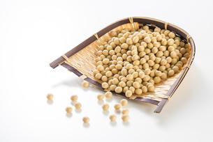 大豆と竹笊の写真素材 [FYI04855388]