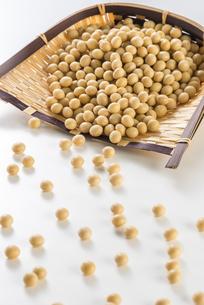 大豆と竹笊の写真素材 [FYI04855390]