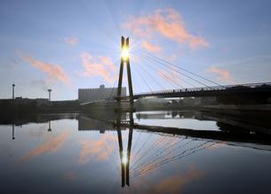 朝日と辰巳桜橋の写真素材 [FYI04855449]