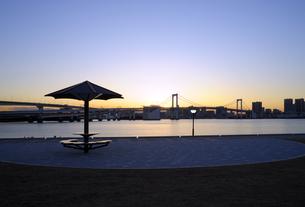 豊洲ぐるり公園から見る東京港の夕景の写真素材 [FYI04855455]