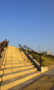 夕日に輝く豊洲ぐるり公園の石段の写真素材 [FYI04855456]
