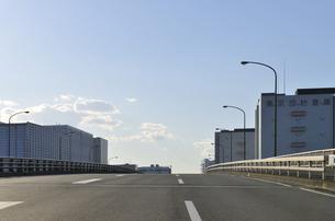 幹線道路と倉庫群の写真素材 [FYI04855466]