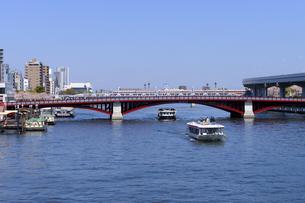 春の隅田川と新しく塗り替えられた吾妻橋の写真素材 [FYI04855467]
