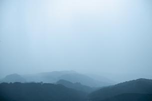 山肌に降る豪雨の写真素材 [FYI04855565]