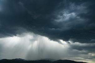 厚い雨雲と豪雨の写真素材 [FYI04855566]