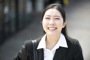 笑っているスーツ姿の女性の写真素材 [FYI04855645]