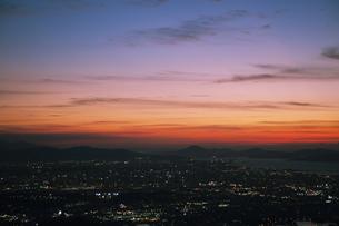 鮮やかな夕焼けと街の光の写真素材 [FYI04855662]